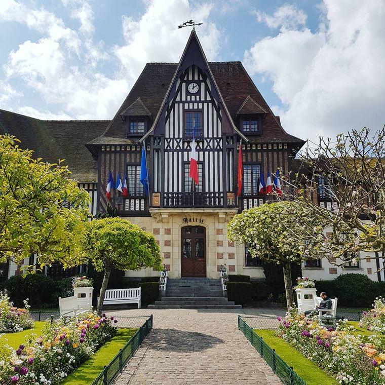 Города северной Франции на побережье Ла-Манша: Довиль - красивая архитектура