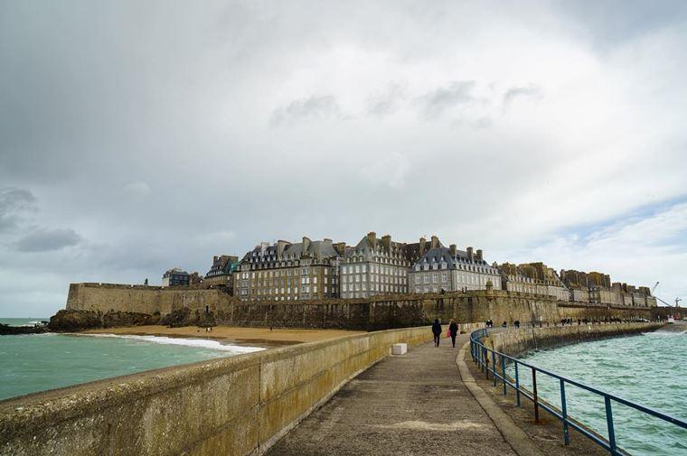 Города северной Франции на побережье Ла-Манша: Сен-Мало - вид на город с моста