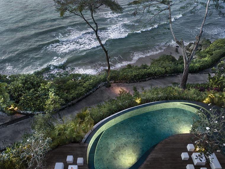 Four Seasons Resort Bali at Jimbaran Bay - пейзажный бассейн у океана