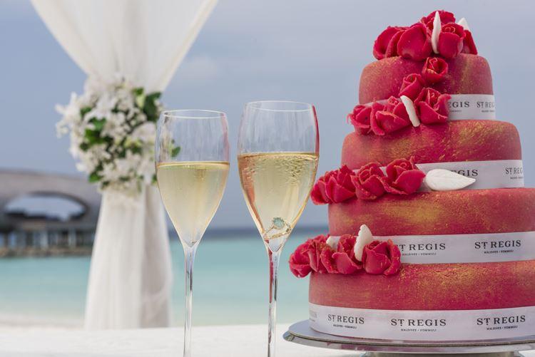 St. Regis Maldives Vommuli - торт и шампанское