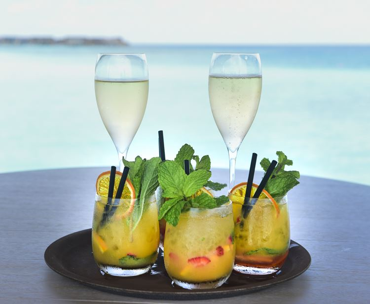 St. Regis Maldives Vommuli - шампанское и коктейли