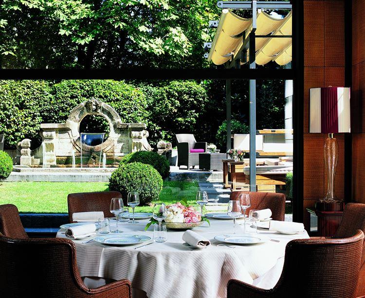Ресторан Acanto отеля Principe Di Savoia: столик с видом на двор