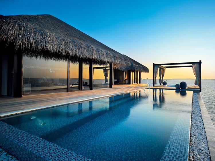 Курортный отель Velaa Private Island: открытый бассейн Sunset Deluxe Water Pool Villa