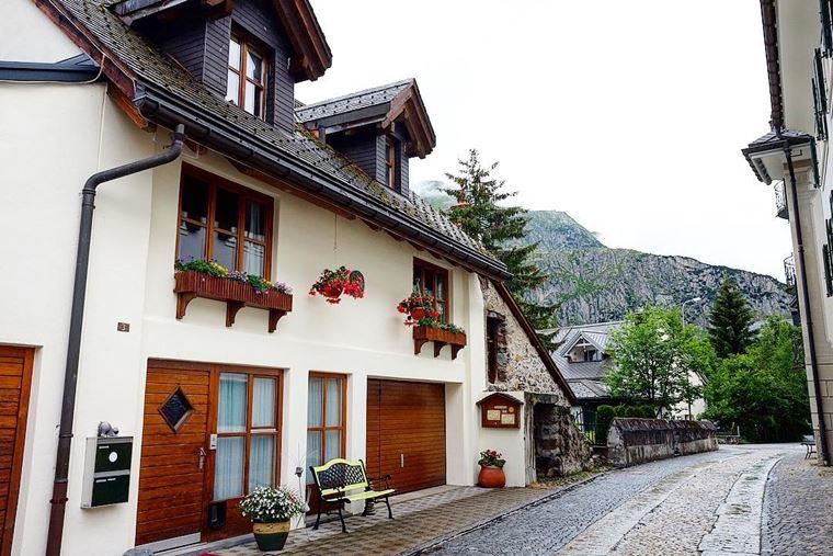 Из Цюриха в Андерматт: улица с красивым домом