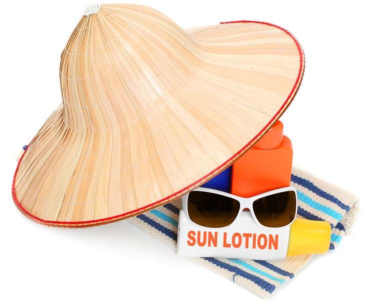 Что взять с собой в путешествие: солнцезащитный крем, очки и шляпа
