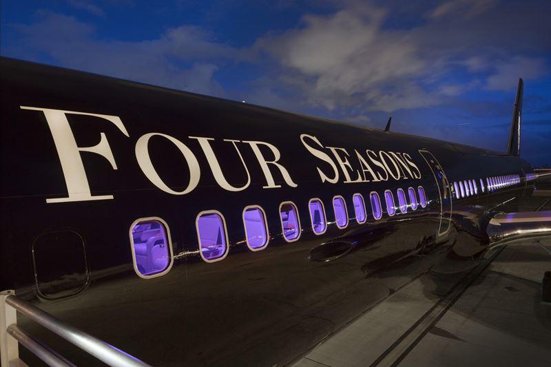 """World of Adventures"" Four Seasons Private Jet - брендовый самолет с надписью"