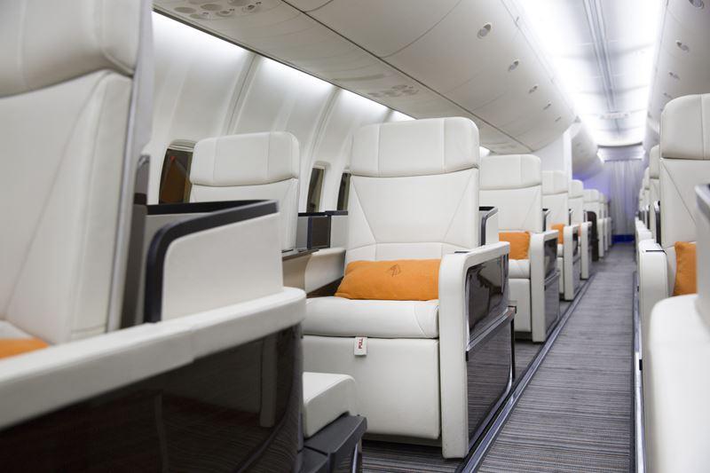 """World of Adventures"" Four Seasons Private Jet - салон самолета с сиденьями"