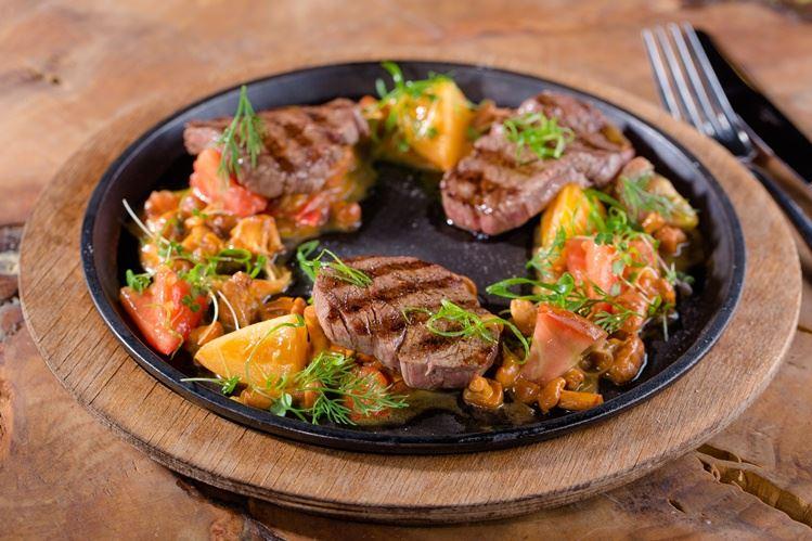 Блюда из лисичек в меню ресторана MODUS - говяжья вырезка с лисичками и томатами