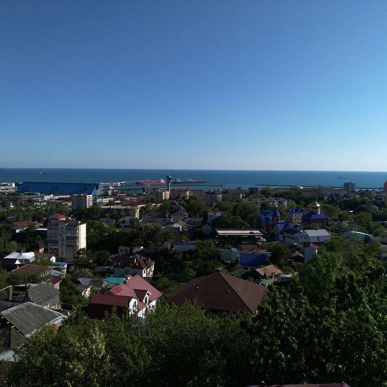 Туапсе: фото города и пляжа - вид на порт Туапсе со стороны города