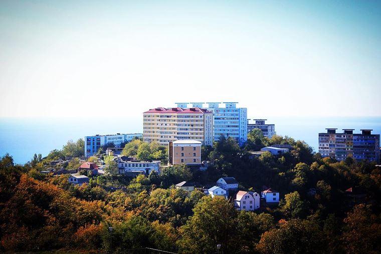Туапсе: фото города и пляжа - городской пейзаж с домами