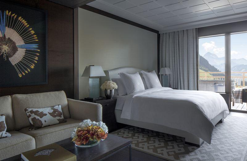 Four Seasons Hotel Megeve - дизайн интерьера номера с двуспальной кроватью