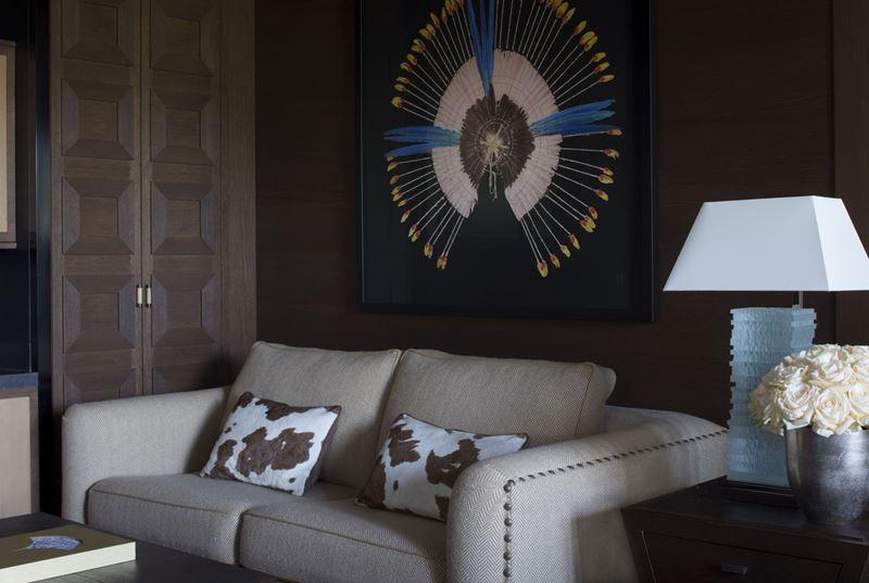 Four Seasons Hotel Megeve - дизайн интерьера номера с диваном
