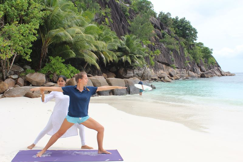 Four Seasons Resort Seychelles - урок ёоги для беременных на пляже