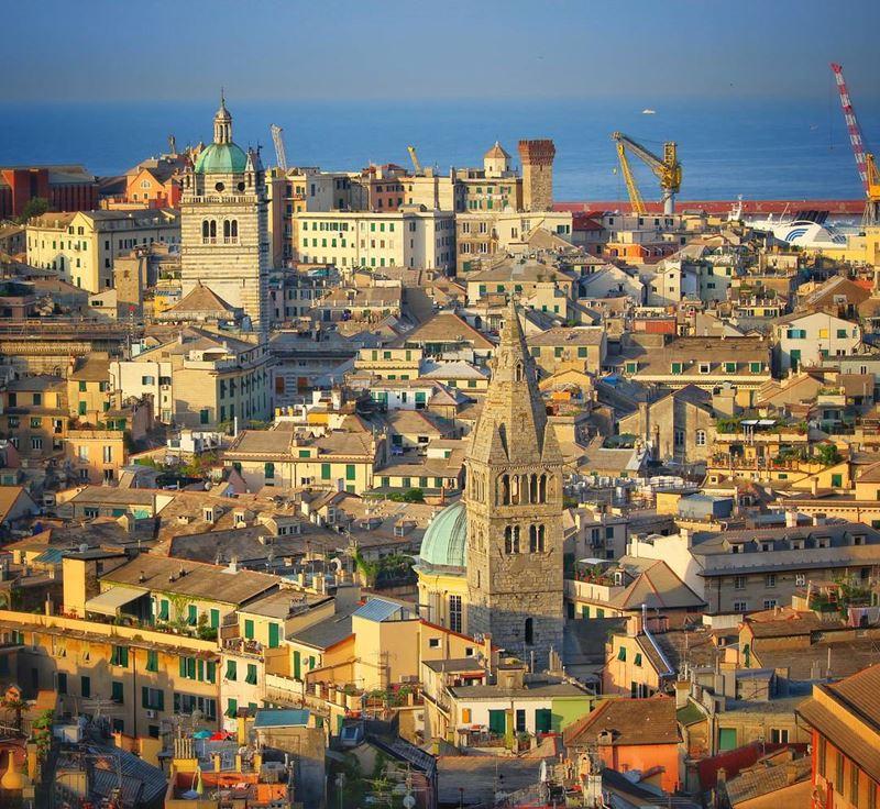 Города северной Италии: крыши Генуи (регион Лигурия)