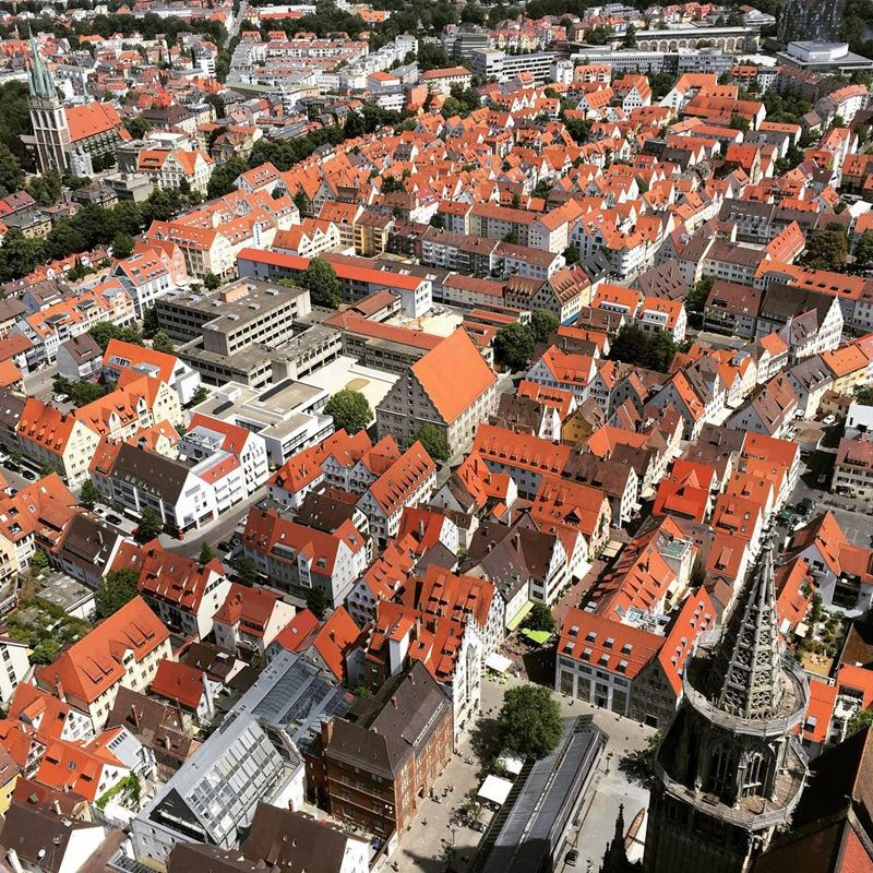 Красивые города юга Германии: Ульм - вид сверху на город с оранжевыми остроконечными крышами