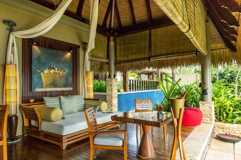 MAIA Luxury Resort & Spa - терраса с диваном и столиком