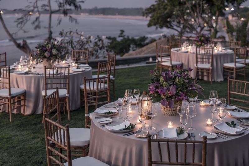 Свадьба на Бали с Four Seasons Resort Bali at Jimbaran Bay - праздничные столы на берегу океана