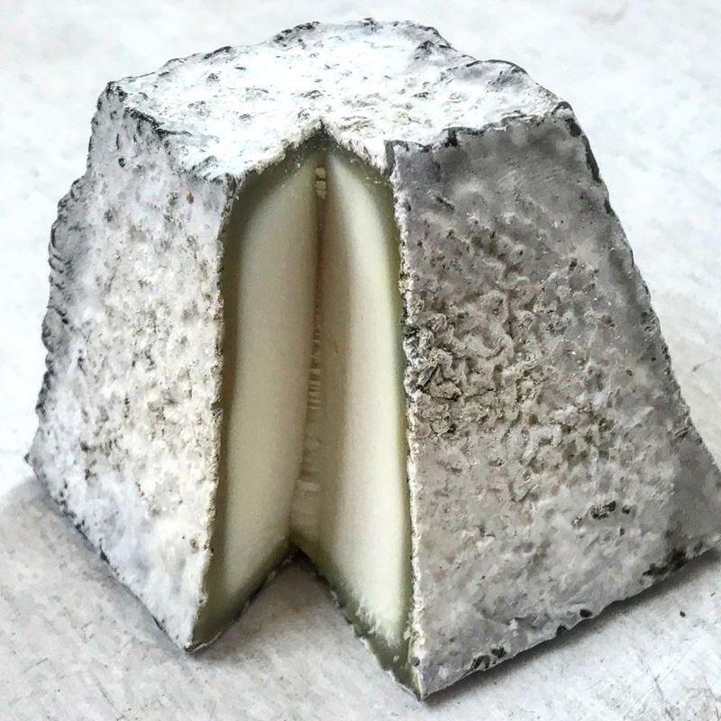Сорта французского сыра - Валансе, пирамида с серой плесневой корочкой