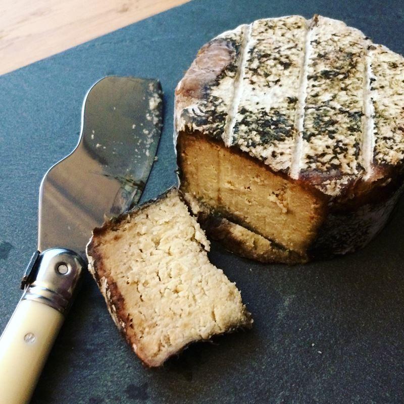 Сорта французского сыра - Лайоль, серо-коричневая плесневая корка