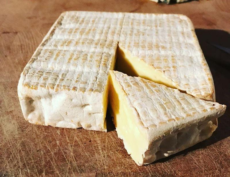 Сорта французского сыра - Пон-л'Эвек, квадратная форма, коровье молоко, плесневая корка