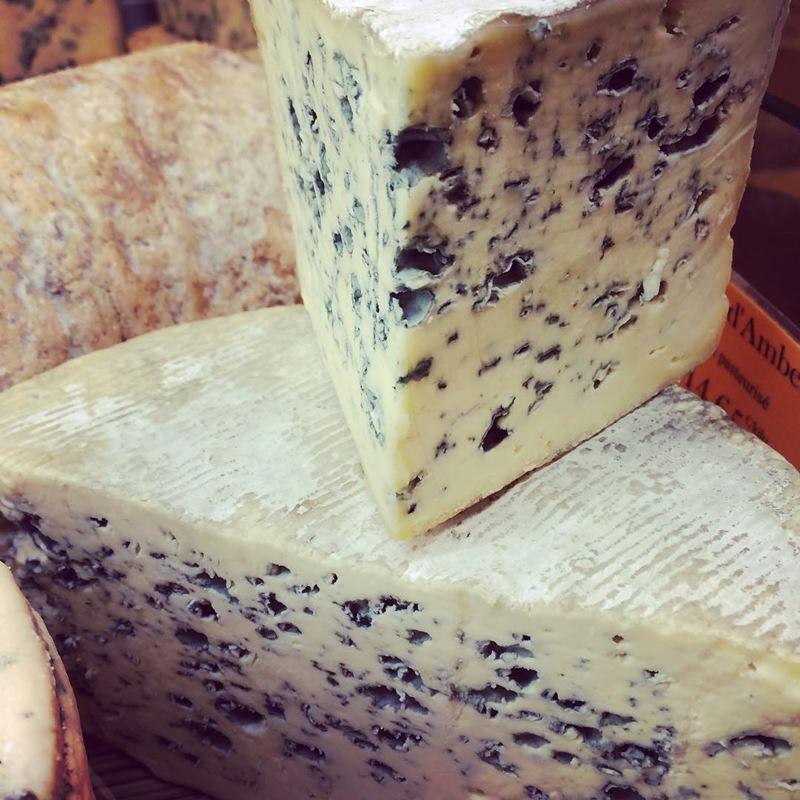 Сорта французского сыра - Блё д'Овернь, голубая плесень, похожий на Рокфор