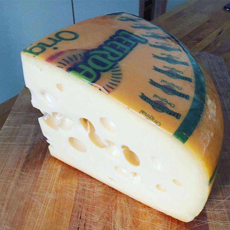 Сорта голландского сыра - Леердам - твердый, бледно-желтый, с крупными дырками