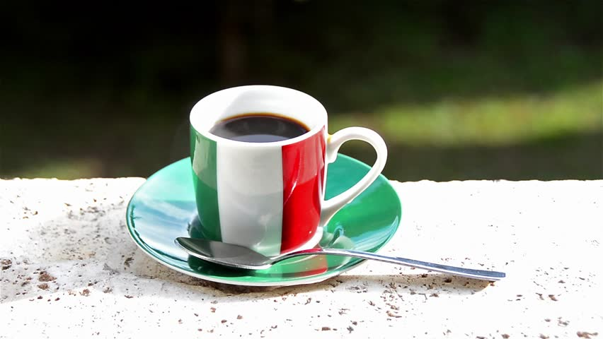 Лучшие марки итальянского кофе - чашка эспрессо в цветах флага Италии