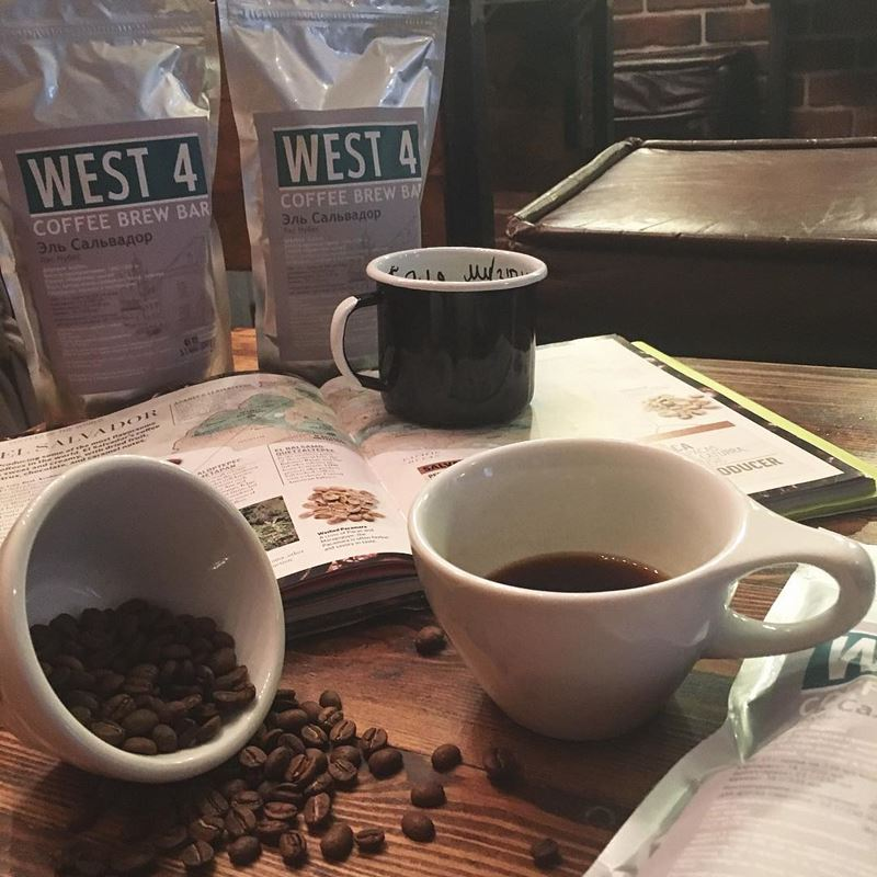 Кофейни Москвы: «WEST 4. Coffee Brew Bar» - чашки и кофейные зерна на столе