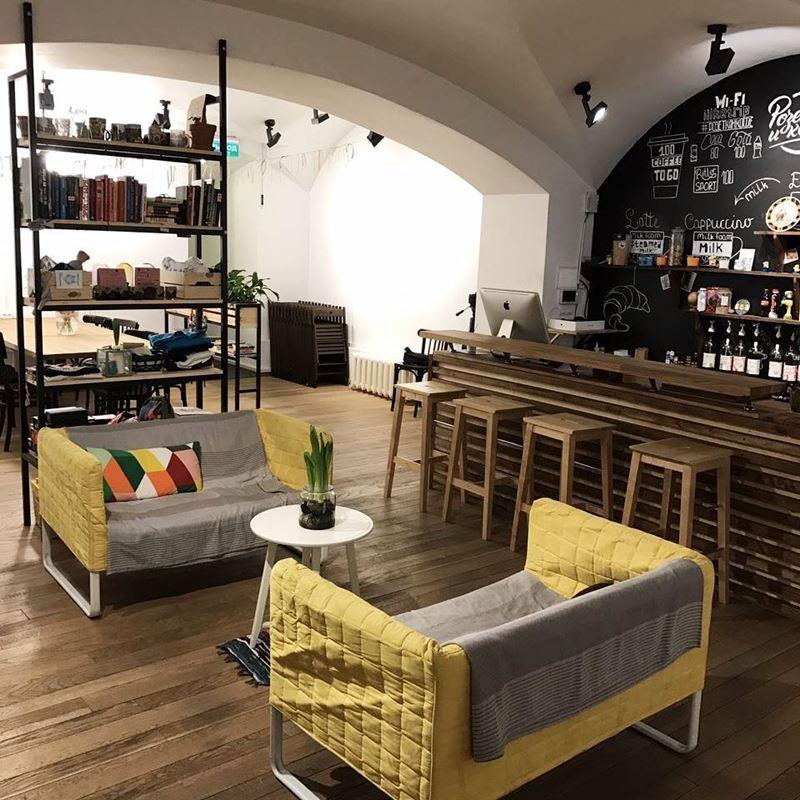 Кофейни Москвы: «Розетка и кофе» - уютный интерьер с желтыми диванчиками