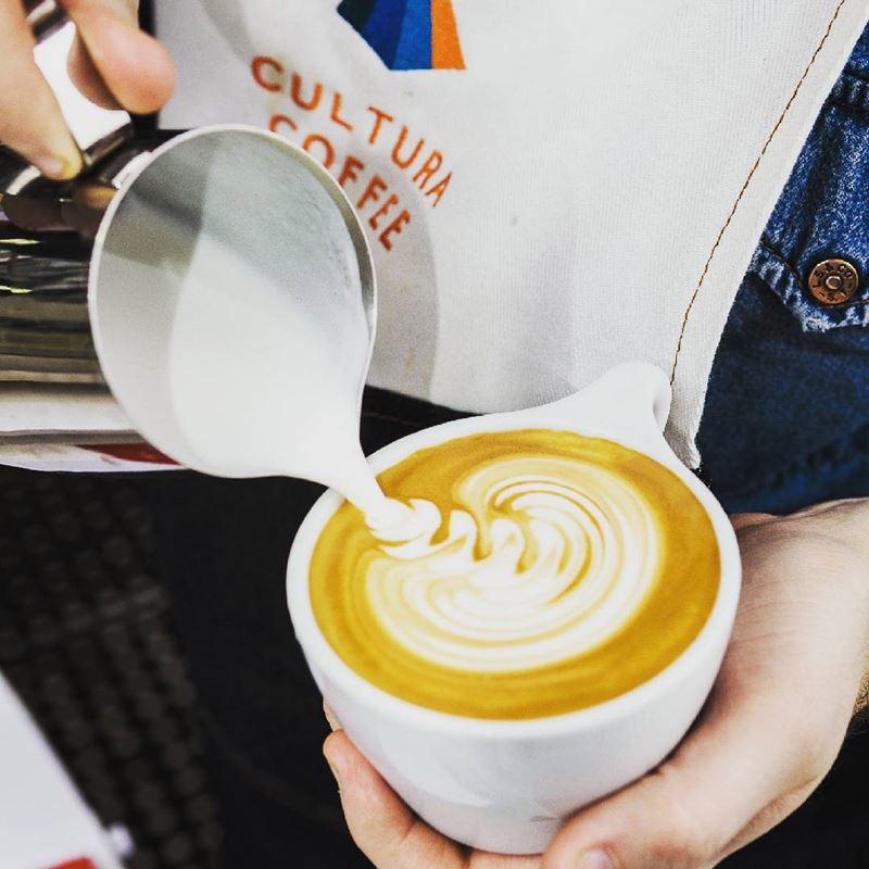 Кофейни Москвы: «Cultura Coffee» - бариста делает флет уайт