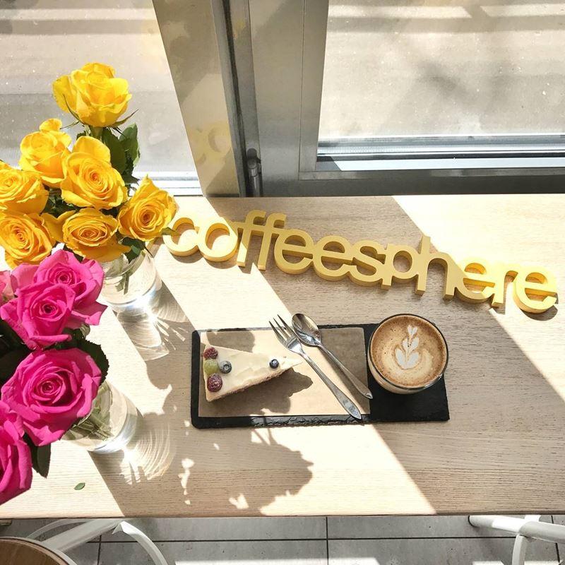 Кофейни Москвы: «Coffeesphere» - кофе с пирожным и цветами на окне