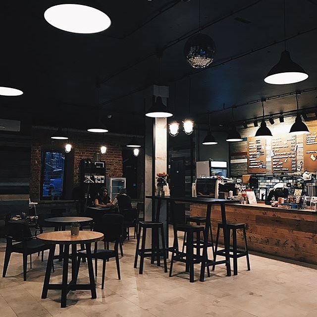 Кофейни Москвы: «Point 242» - темный интерьер вечером
