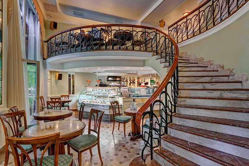 Кофейни Москвы: «Альдебаранъ» - интерьер с красивой лестницей