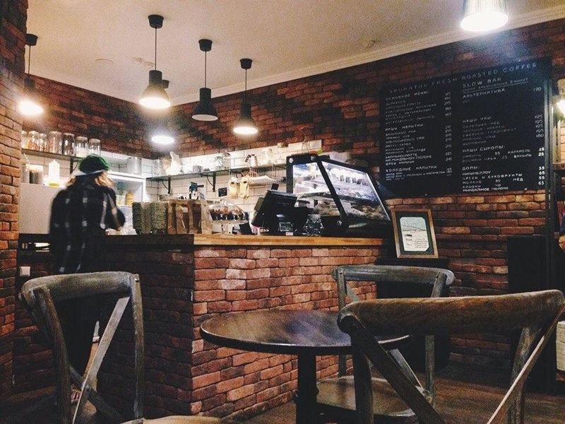 Кофейни Москвы: «Skuratov Coffee» - темный интерьер с кирпичными стенами