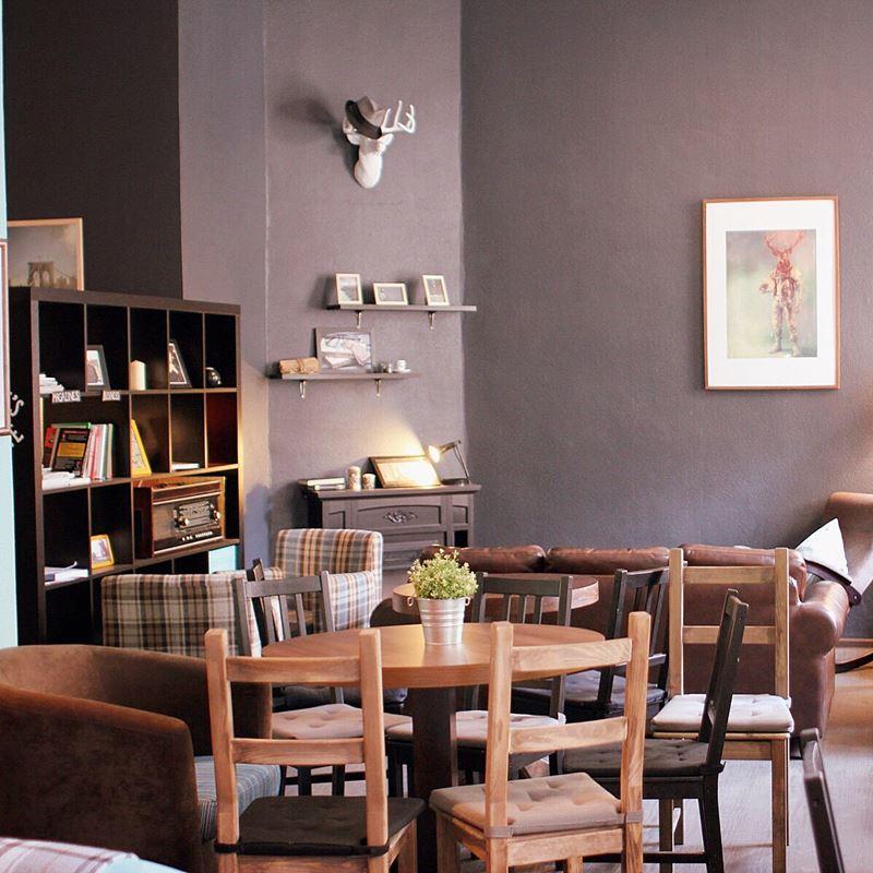 Кофейни Москвы: «Jeffrey's Coffee» - уютный дизайн интерьера с деревянными столами и стульями