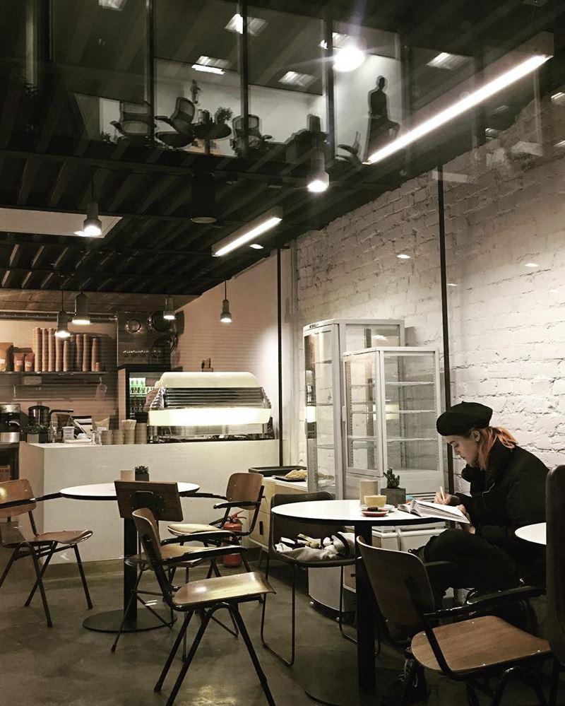 Кофейни Москвы: «David B. Cafe» - уютный интерьер вечером