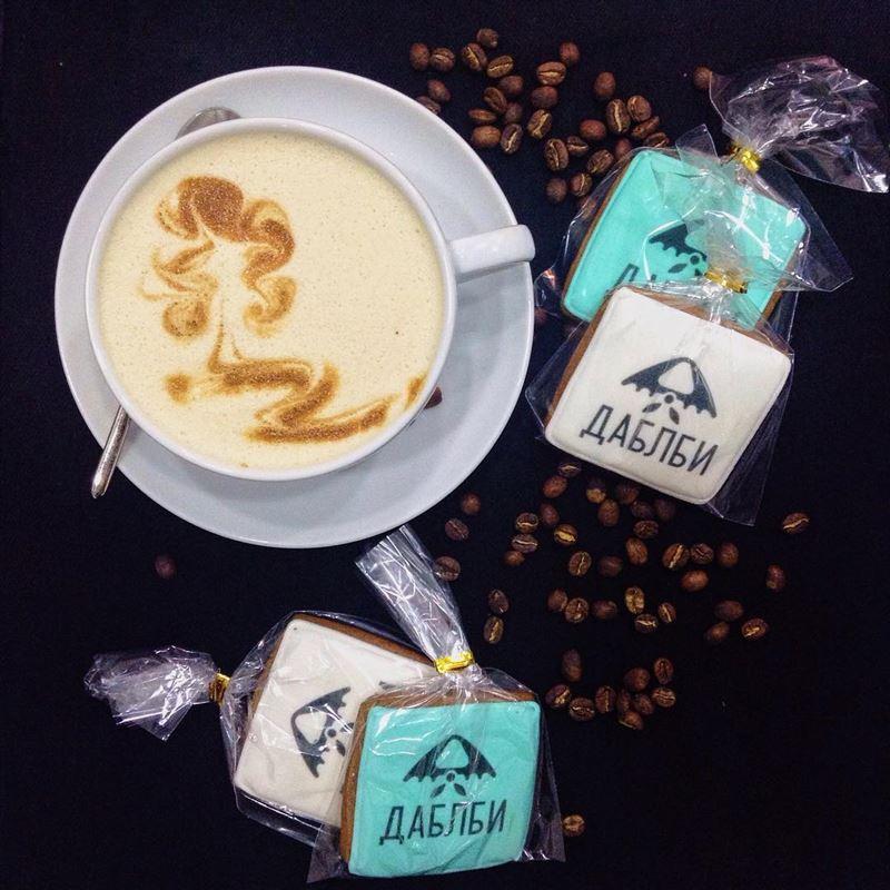 Кофейни Москвы: «Даблби» - чашка флет уайт с печеньем с логотипом
