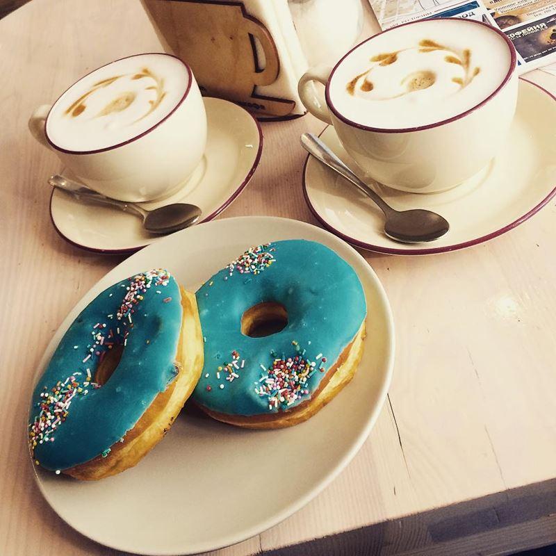 Кофейни Санкт-Петербурга: «Глазурь и кофе» - чашки флэт-уайта с карамелью и глазированными пончиками