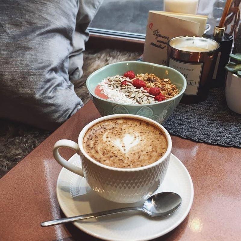 Кофейни Санкт-Петербурга: «2А Concept» капучино и гранола с ягодами