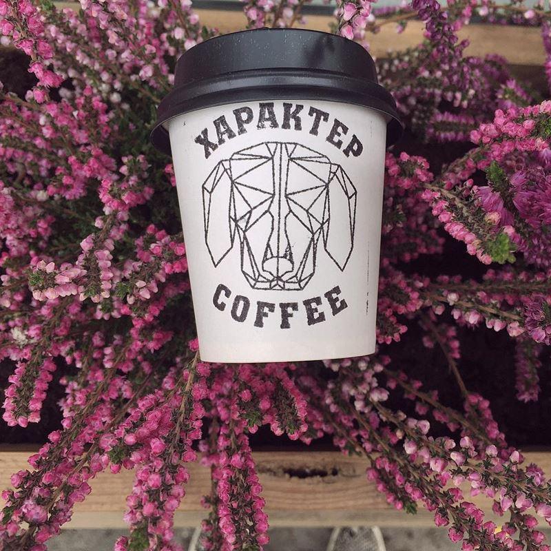 Кофейни Санкт-Петербурга: «Характер Кофе» - стаканчик на фоне цветов