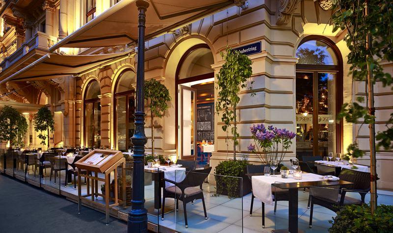 The Ritz-Carlton Vienna - красивые окрестности отеля на улице