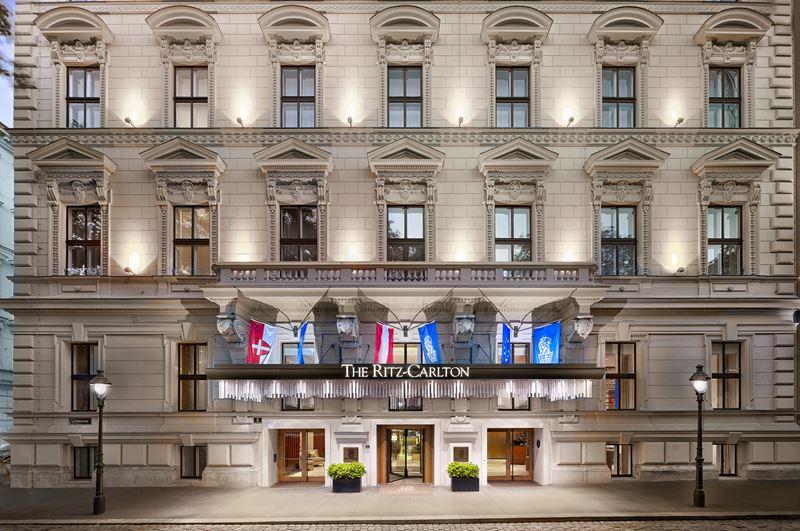The Ritz-Carlton Vienna - красивый старинный фасад отеля в Вене