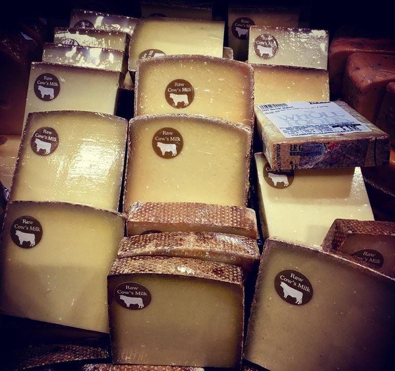 Сорта швейцарского сыра - Грюйер - твёрдый, ароматный, с коричневой корочкой