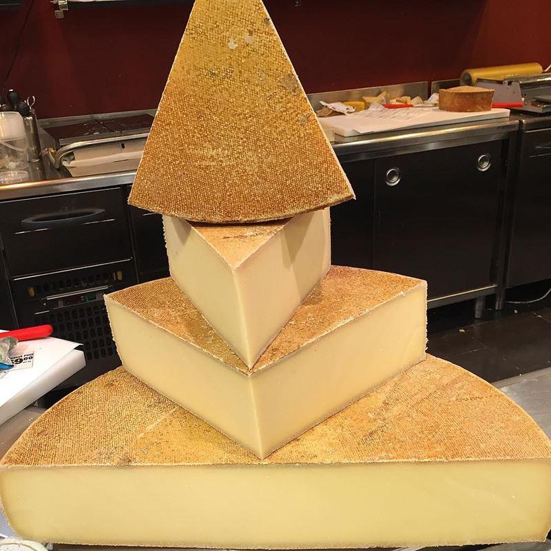 Сорта швейцарского сыра - Этива  - полутвёрдый, нежный сливочный, похожий на грюйер
