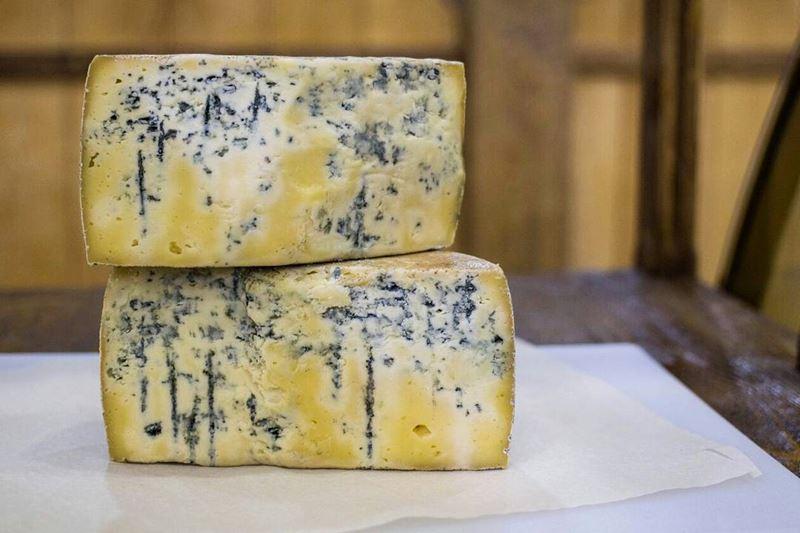 Сорта швейцарского сыра - Блюшатель - мягкий жёлтый с голубой плесенью внутри