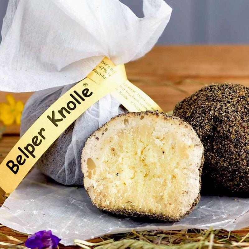 Сорта швейцарского сыра - Белпер Кнолле - твёрдый круглый трюфель с черным перцем