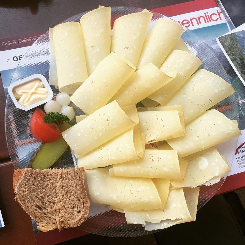 Сорта швейцарского сыра - Хобельказе - экстратвёрдый, свернутый в трубочку
