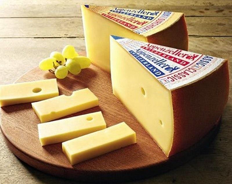 Сорта швейцарского сыра - Аппенцеллер - гладкий пикантный с небольшими дырками