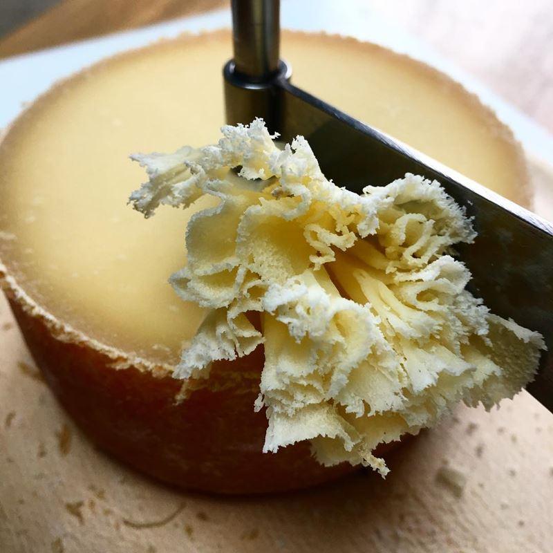 Сорта швейцарского сыра - Тет де Муан - экстратвёрдый с рассыпчатой текстурой
