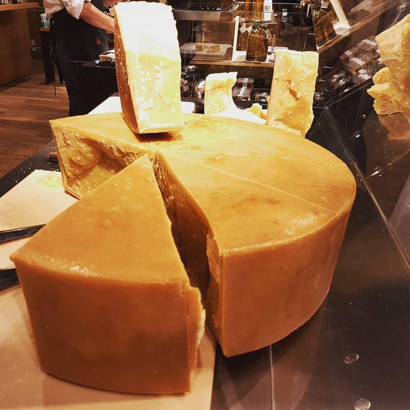Сорта швейцарского сыра - Сбринц - экстратвёрдый насыщенного желто-оранжевого оттенка